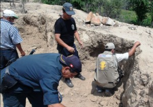 Officials and volunteers investigating Easter Week looting in 2011 via http://proyectoespecialnaylamp-lambayeque.blogspot.co.uk